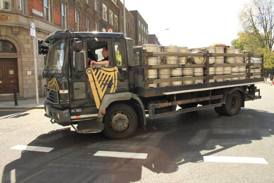 Au détour des quartiers chics qui entourent St Stephen's Green Parc, on croise un camion de ravitaillement de Guinness. Vive Dublin !