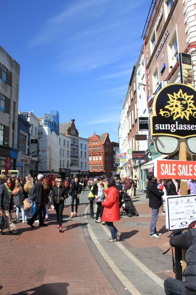 Grafton street, l'une des artères marchandes de la rive sud de la ville est souvent bondée et parsemée de musiciens et autres performeurs.