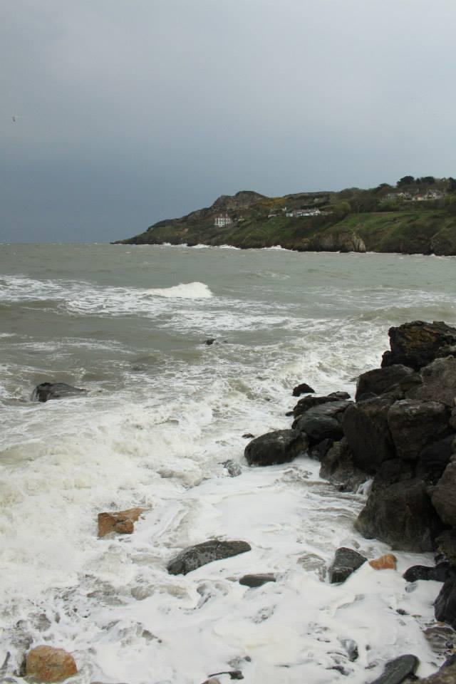 Le bord de la mer d'Irlande agitée.