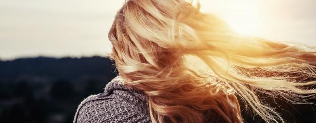 huile-de-ricin-cheveux-chevelure-blonde