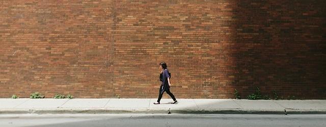 marche-pas-mur-seul-solitude