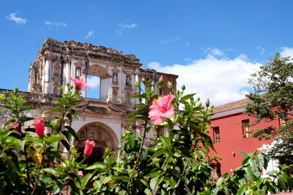 eglise fleurs antigua guatemala