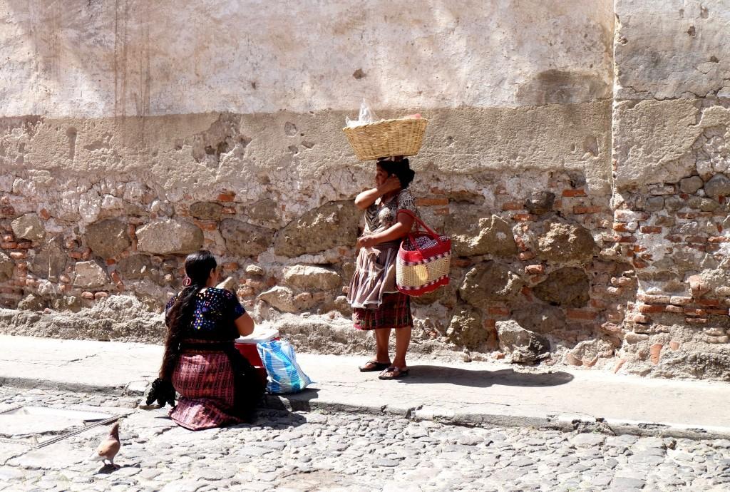 guatemala femmes tenues traditionnelles maya antigua tissus