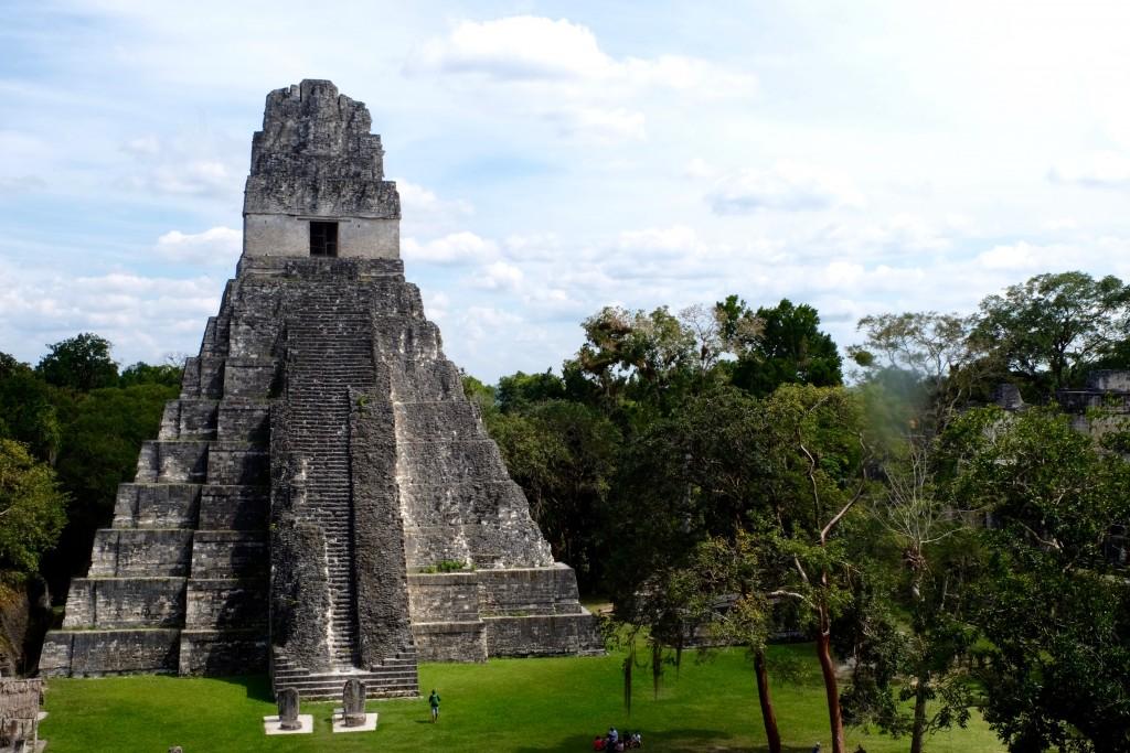 pyramide-maya-vue-d-en-haut-tikal-guatemala