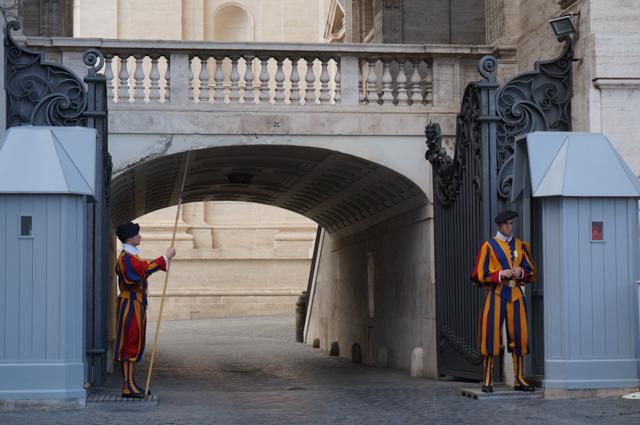 rome-vatican-basilique-saint-pierre-gardes-suisses-uniforme